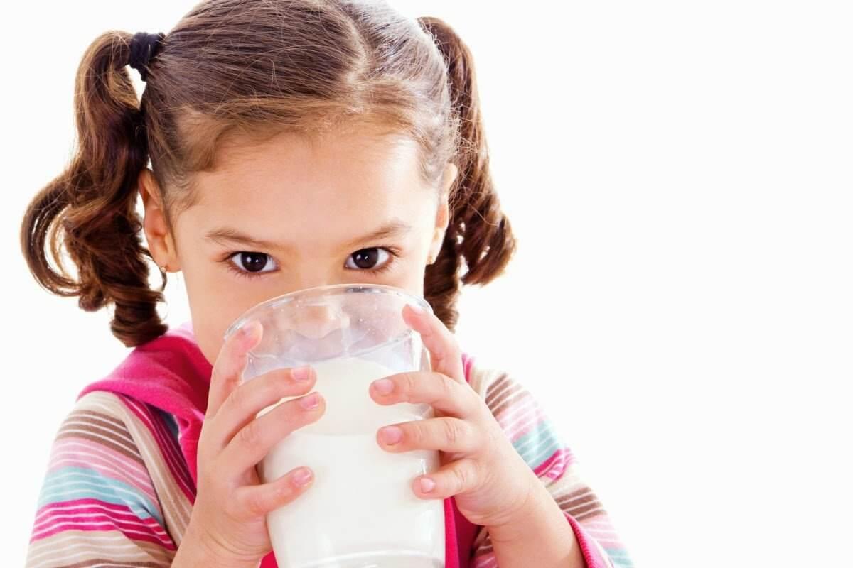hình ảnh bé uống sữa